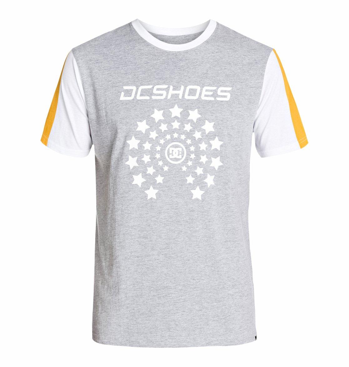 Zoomz Short SleeveМужская футболка с трафаретным принтом Zoomz SS от DC Shoes – новинка из коллекции Весна 2015. Характеристики: стандартный крой, принт на груди и рукавах по щадящей технологии нанесения графики Softhand Ink.<br>