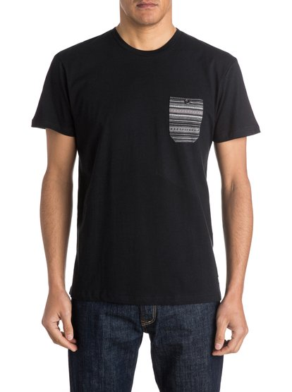 JAQМужская трикотажная футболка JAQ от Quiksilver. Характеристики: в жаккардовую полоску сверху спину и нагрудный карман, стандартный трикотаж, воротник в рубчик. <br>СОСТАВ: 100% хлопок.<br>