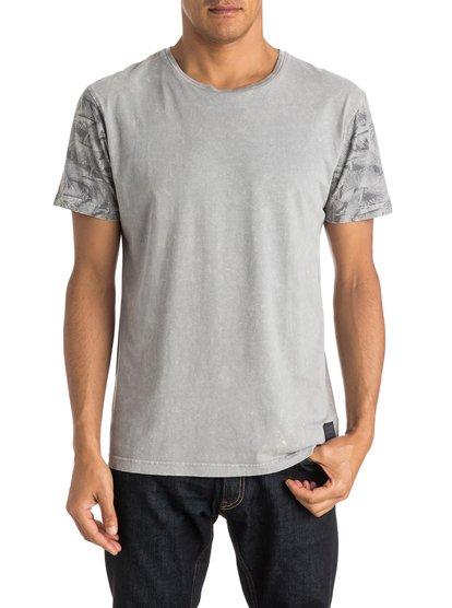 Crosse Key T-ShirtМужская футболка Crosse Key от Quiksilver. <br>ХАРАКТЕРИСТИКИ: короткие рукава, округлый вырез, мягкий трикотаж, рукава с принтом. <br>СОСТАВ: 100% хлопок.<br>
