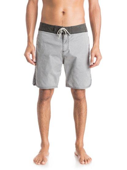 Street Trunk Scallop ShortsМужские шорты Street Trunk Scallop от Quiksilver.ХАРАКТЕРИСТИКИ: край с фигурным треугольным вырезом сбоку, прямой крой, длина – 48,3 см (19), эластичная хлопчатобумажная ткань.СОСТАВ: 98% хлопок, 2% эластан.<br>
