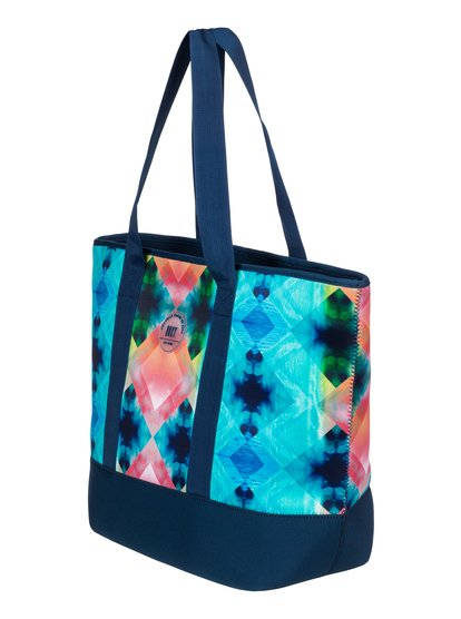 Неопреновая сумка Sun CrushНовинка нашей капсульной коллекции Pop Surf! Эта чудесная женская сумка из неопрена выполнена в приглушенных и словно выцветших на солнце акварельных тонах — в ней все оттенки заката и классическая морская синева. Ее размер идеально подходит для тех, кто любит проводить летние дни за любимыми делами и заботами.Обратите внимание: все изделия выкраиваются из единого отреза ткани с принтом, поэтому ни одно из них не повторяет другое в точности и может отличаться от изображенного на фотографии.<br>